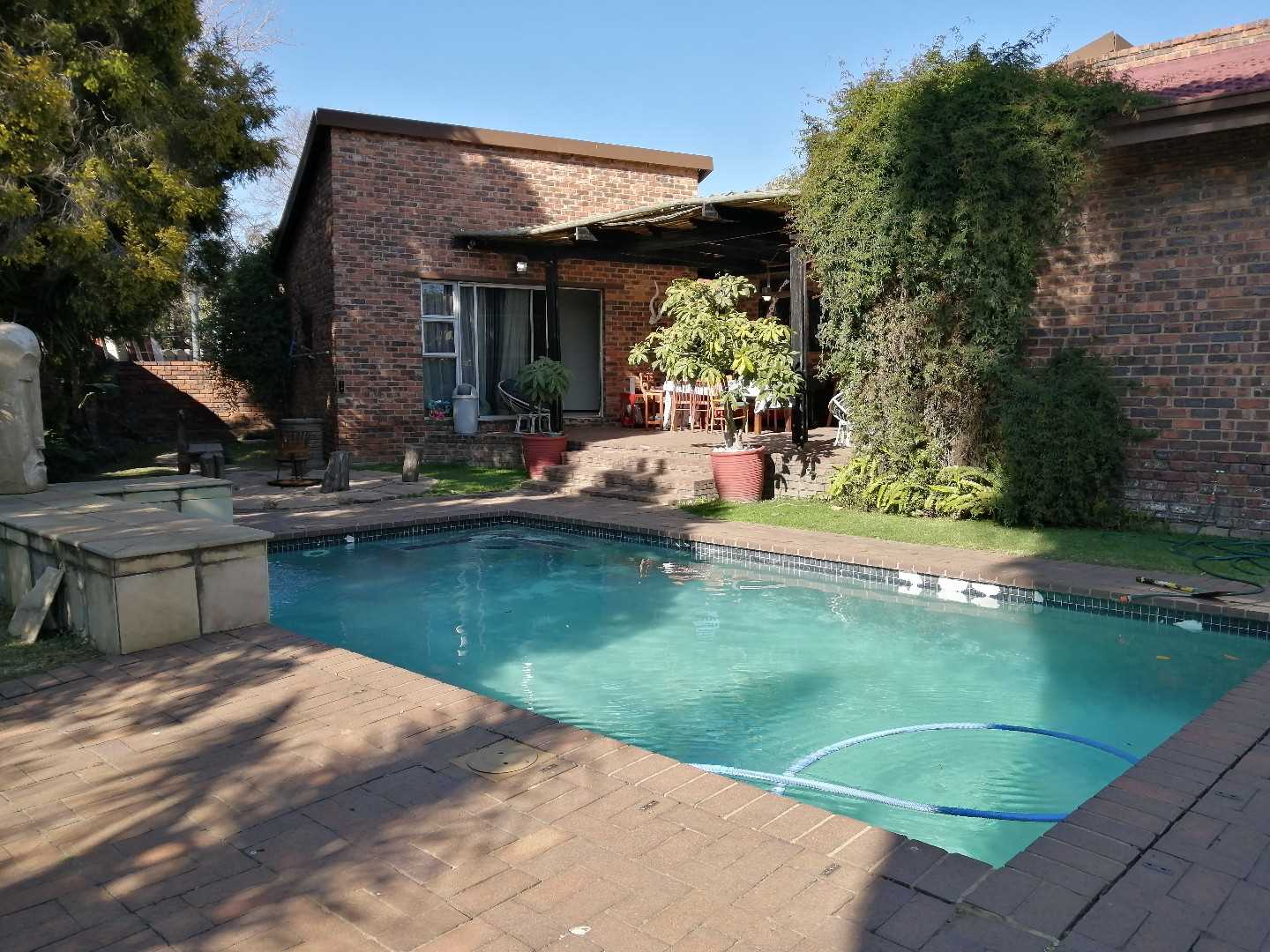 5-Bed 3-Bath Family Home in Enclosed Edleen
