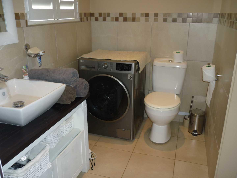Main bedroom en-suite bathroom