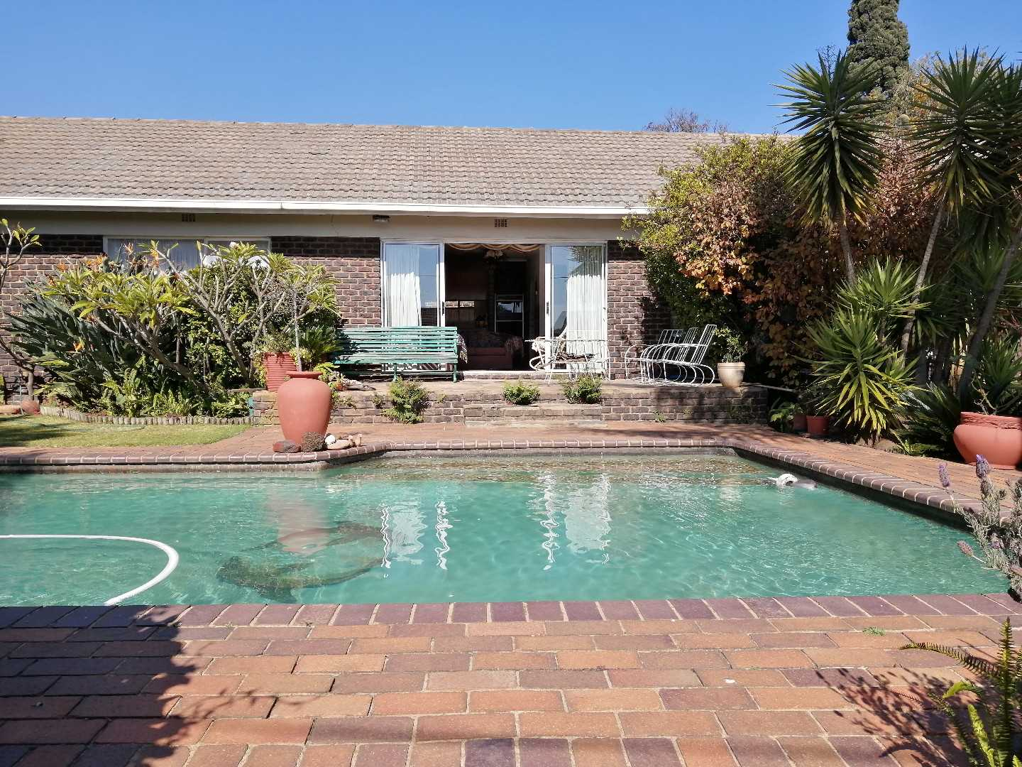Beautiful 3-Bed 2-Bath Home with Flat in Birchleigh North