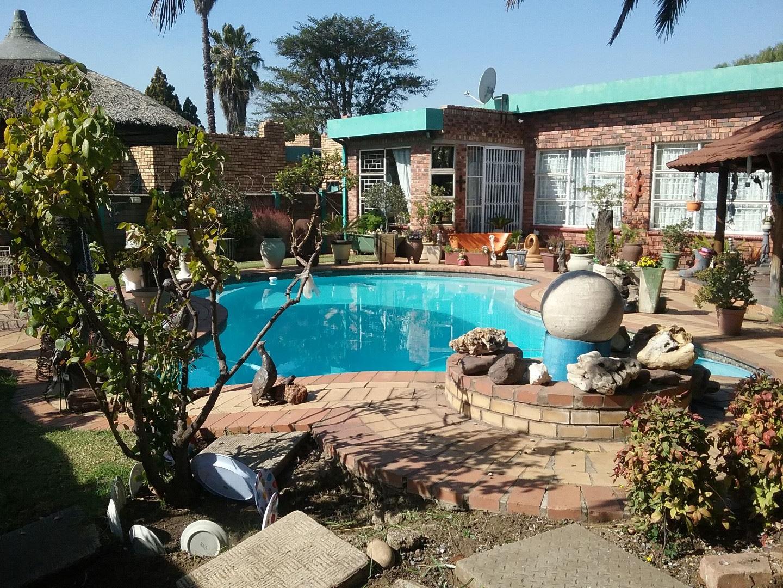 Swimming pool and lapa.