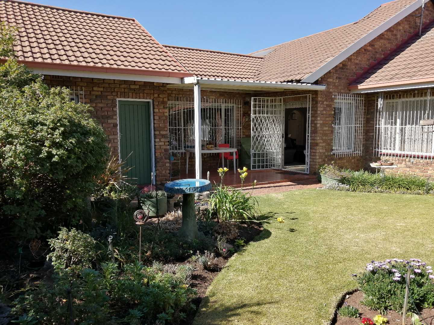 Beautiful and spacious 3-Bed 2-Garage Cluster in Birchleigh