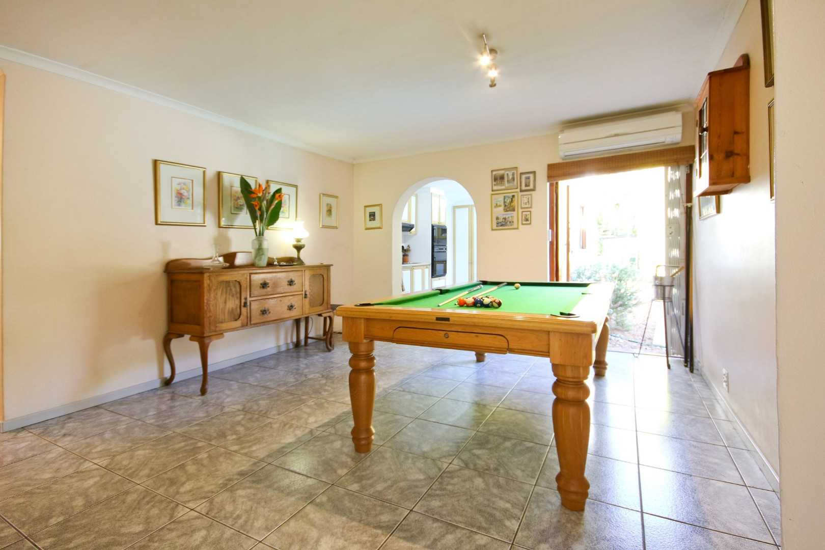 Dining room (pool table)