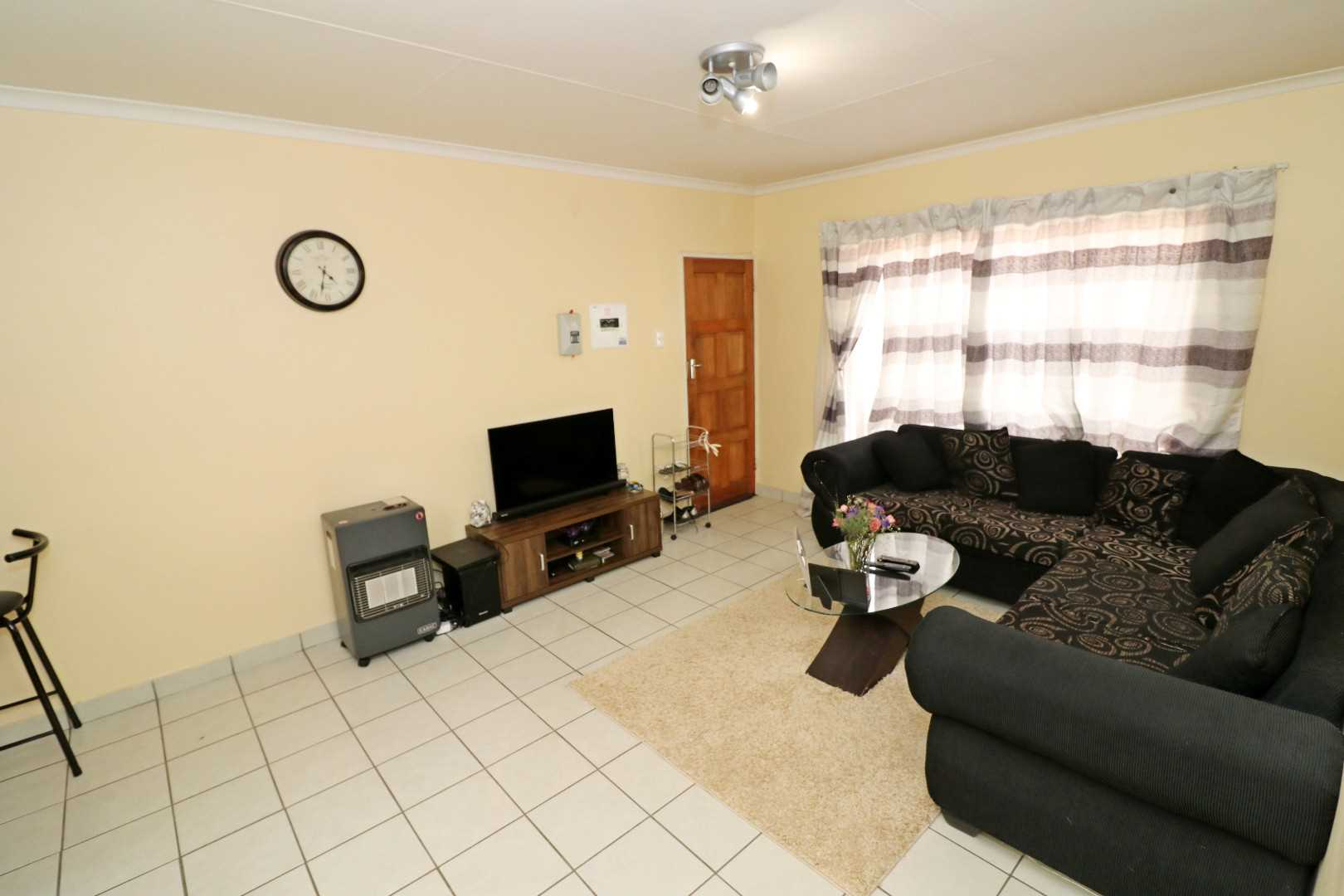 2 Bedroom corner unit 2nd floor in Kempton Park
