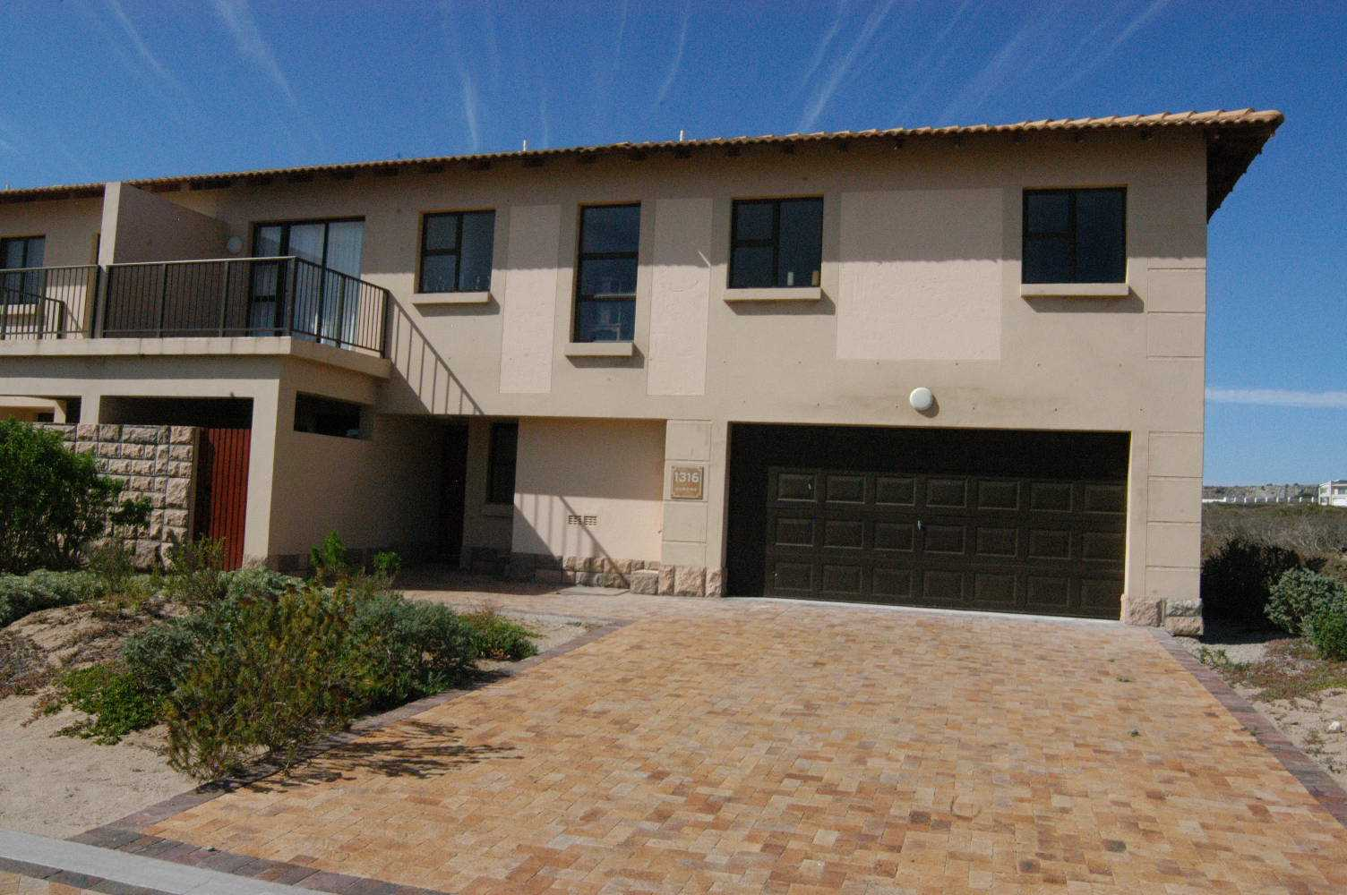 Townhouse with 4 bedrooms and a double garage with direct access