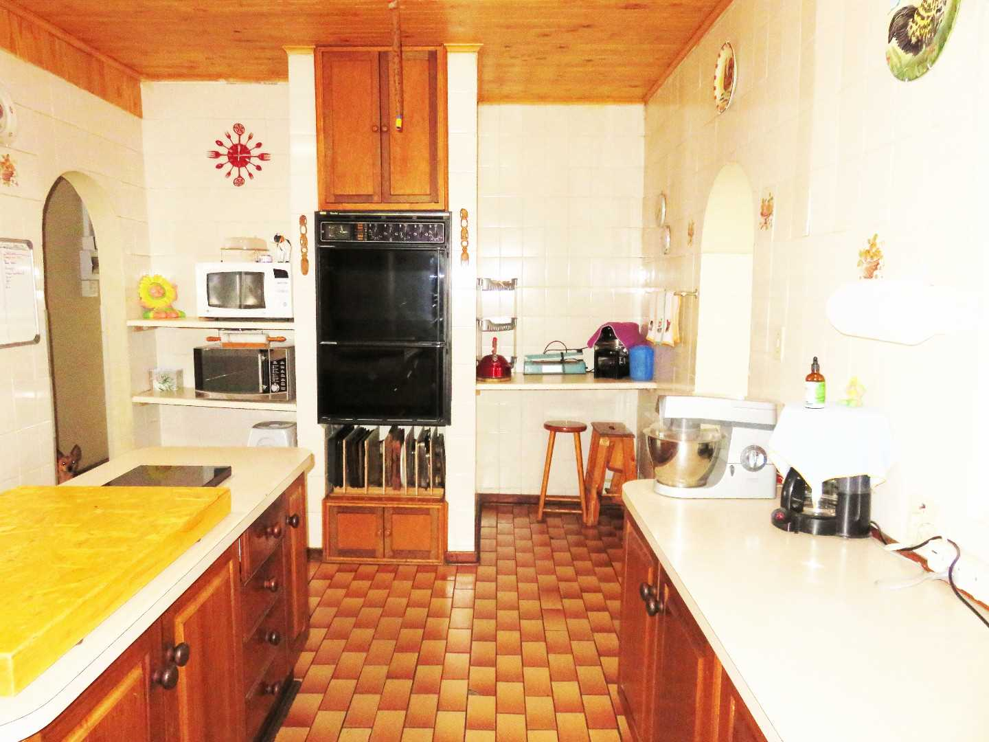 Kitchen with 5-plate gas hob & eyelevel electric oven