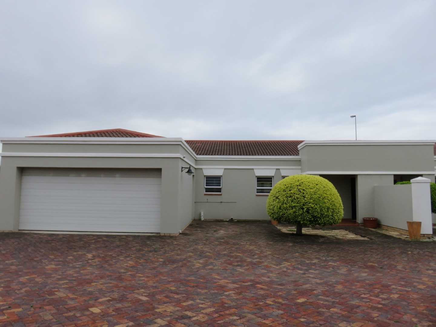 Summerstrand : Well positioned Townhouse